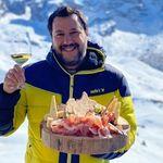 Matteo Salvini brinda e mangia salumi (ma è venerdì di Quaresima e i social