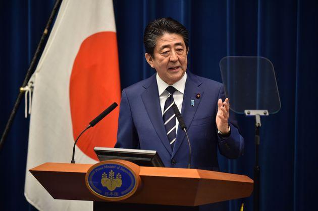 2月29日に首相官邸で記者会見する安倍首相