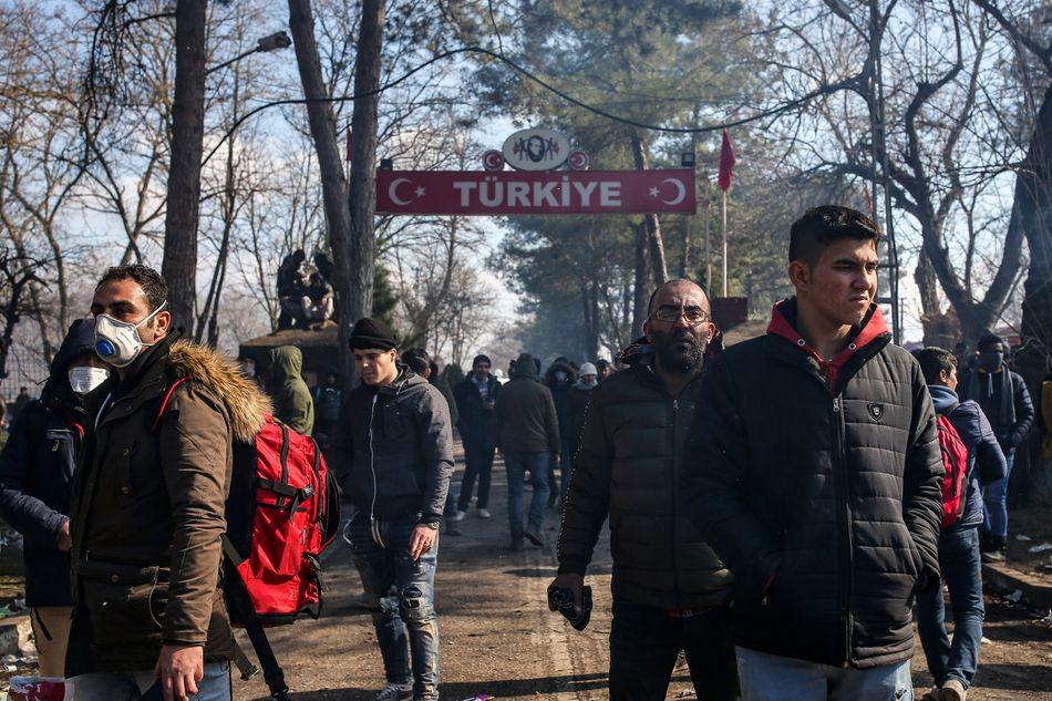 Μετανάστες προσπαθούν να εισέλθουν στην Ελλάδα