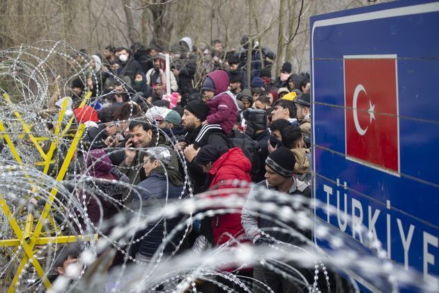 Μετανάστες προσπαθούν να περάσουν σε ελληνικό έδαφος.