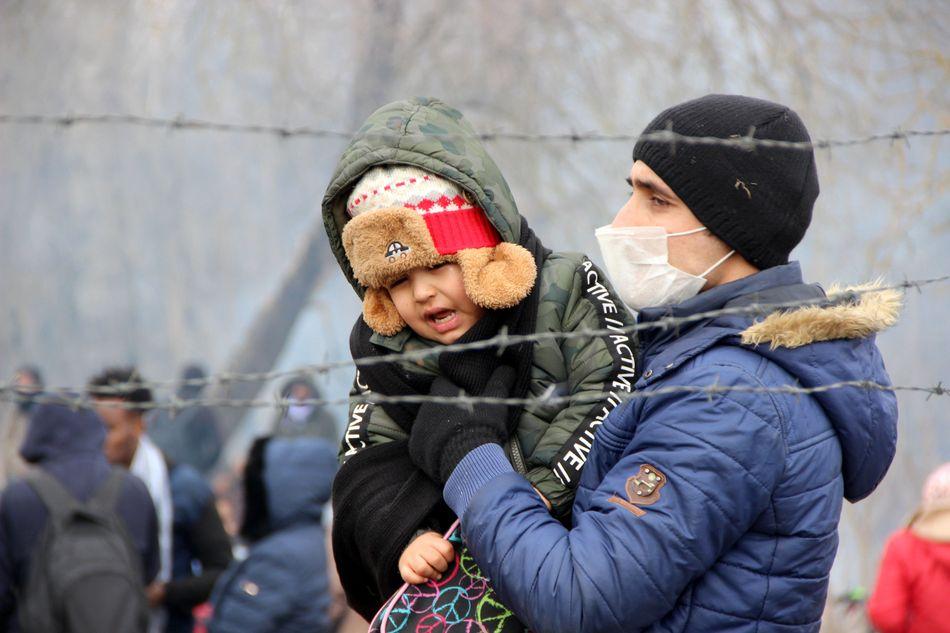 Μετανάστες συγκεντρώνονται στα σύνορα της Τουρκίας-Ελλάδας