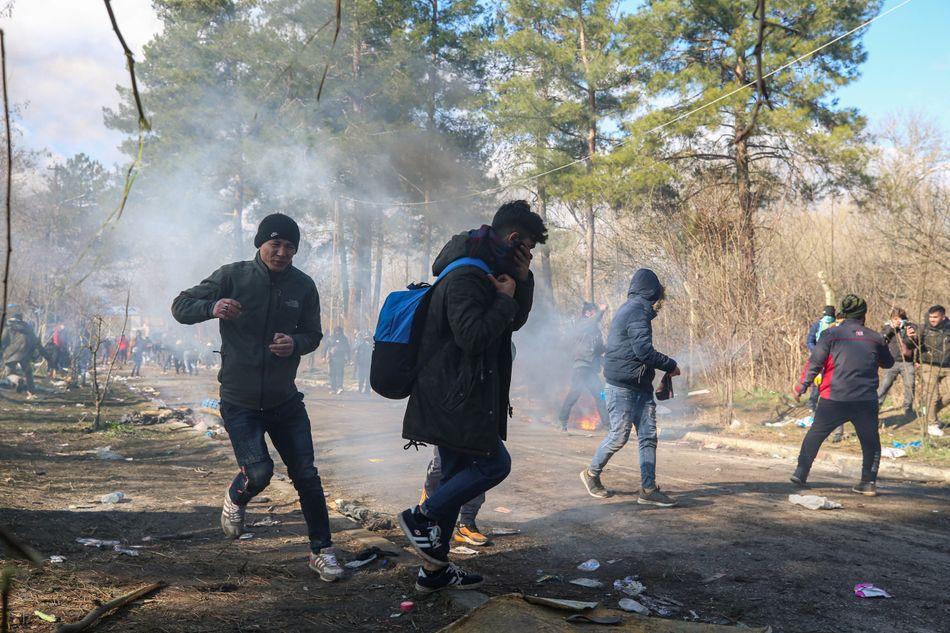 Συγκρούσεις μεταναστών-αστυνομίας στα σύνορα Ελλάδας-Τουρκίας