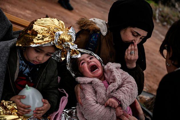 Πρόσφυγες μετά την αποβίβασή...