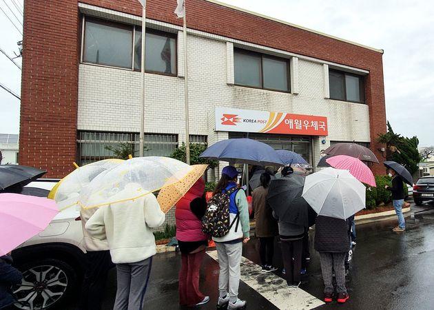 지난 28일 오후 제주 애월읍 우체국에서 마스크를 구매하려는 시민들의