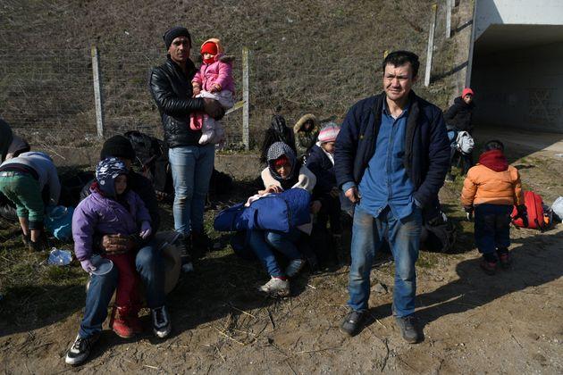 Des migrants arrêtés par la police près du poste frontière de Kastanies, en...