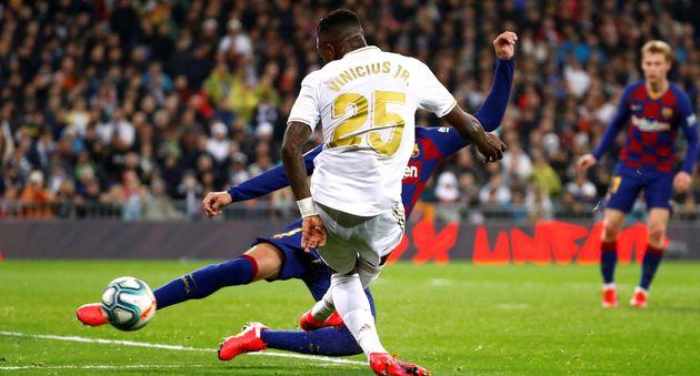 Vinicius chuta en el primer gol del