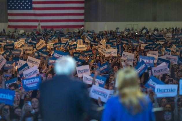 スーパーチューズデーを前に、カリフォルニア州で選挙キャンペーンをするバーニー・サンダース氏の様子 2020年3月1日 ロサンゼルス
