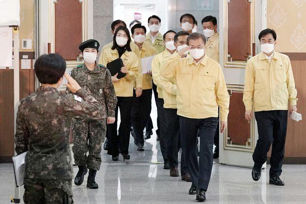 문재인 대통령이 2일 오후 대전 유성구 국군간호사관학교를 방문해 거수경례를 받고