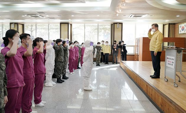 문재인 대통령이 2일 오후 대전 유성구 국군간호사관학교를 방문해 신종 코로나바이러스 감염증(코로나19) 관련 교육 중인 신임 장교 등의 경례를 받고