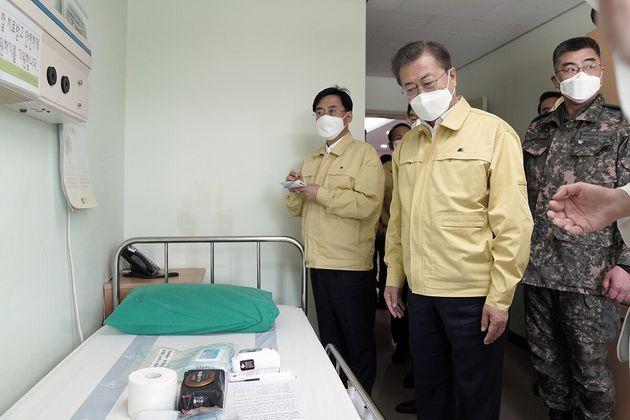 문재인 대통령이 2일 오후 대전 유성구 국군대전병원을 방문, 간이음압격리병실을 둘러보고