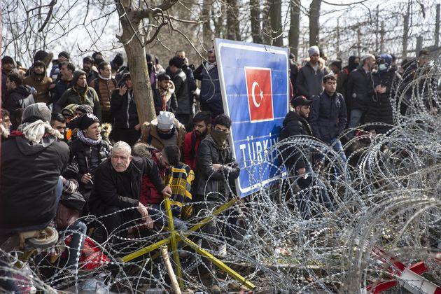 Des milliers de migrants attendent à la frontière entre la Turquie et la Grèce à