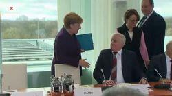 Seehofer rifiuta di stringere la mano alla Merkel. Il pubblico scoppia a ridere