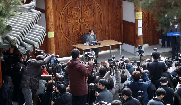 Lee Man-hee (center), leader of the Shincheonji Church of Jesus, apologized for the spread of the
