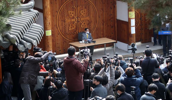 Lee Man-hee (center), leader of the Shincheonji Church of Jesus, apologized for the spread of the disease.