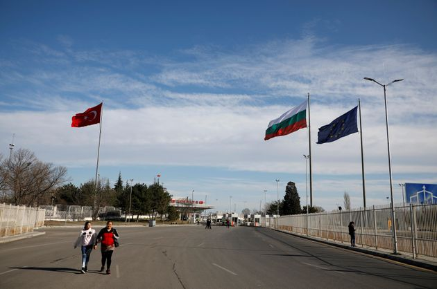Des drapeaux de l'UE, de la Turquie et de la Bulgarie, le long de la frontière entre la Bulgarie...