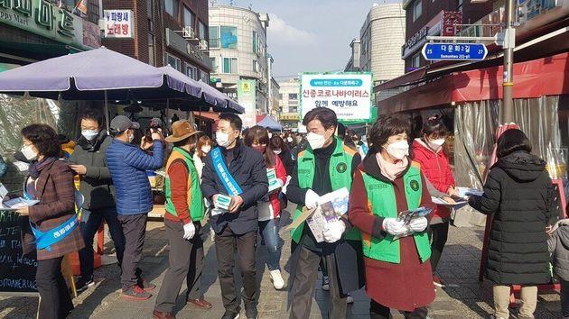 안산시가 외국인주민협의회 회원들과 함께 외국인이 많이 거주하는 원곡동에서 코로나19 예방 캠페인을 벌이고 있다. 안산시