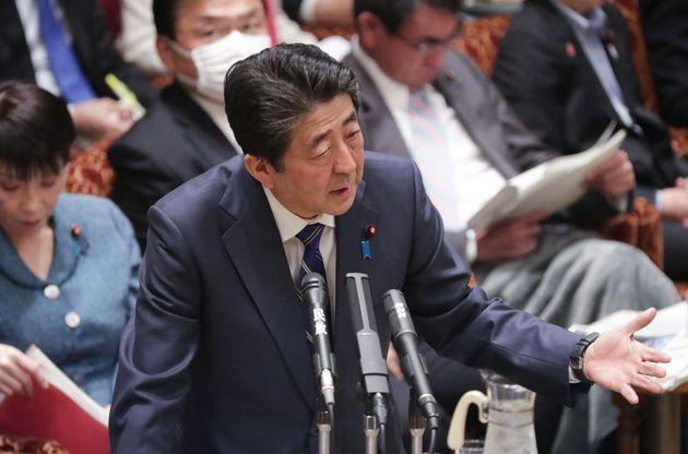 参院予算委員会で答弁する安倍晋三首相=2日、国会内