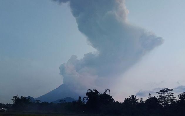 Το πιο ενεργό ηφαίστειο της Ινδονησίας εκτοξεύει σύννεφο τέφρας 6