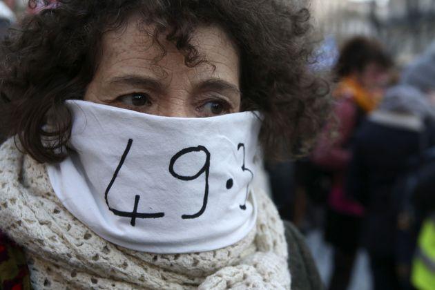 Une manifestante contre la réforme des retraites photographiée à Marseille lundi...