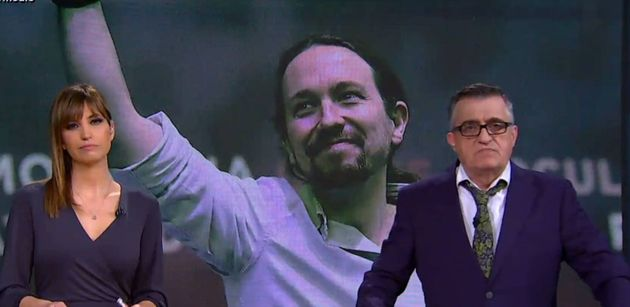 El presentador de El Intermedio, El Gran Wyoming (d), con el líder de Podemos al
