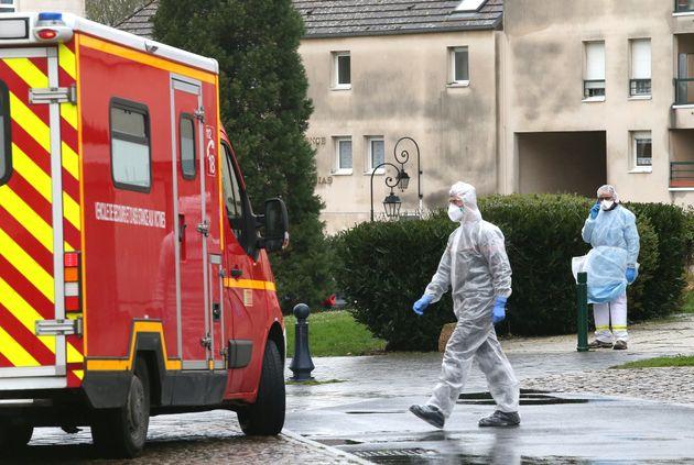 Les secours à Crépy-en-Valois après un cas signalé de coronavirus le 2 mars...