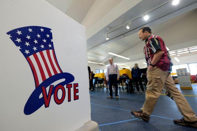 Des électeurs votent pendant les primaires du «Super Tuesday» à El Segundo,...