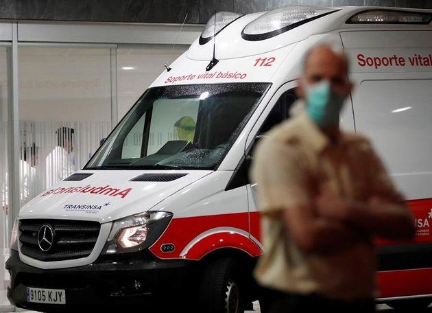 Llegada en ambulancia al Hospital Universitario Central de Asturias (HUCA) en Oviedo de hombre de 32