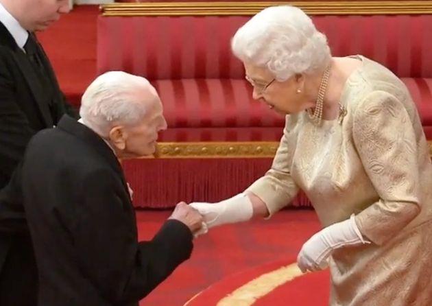 Isabel II con Harry Billinge, un veterano del desembarco de
