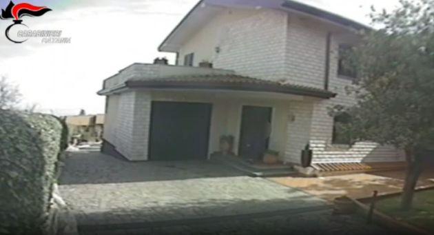 Incendia la villa dell'ex marito per riconquistarlo: lo aveva letto nei tarocchi