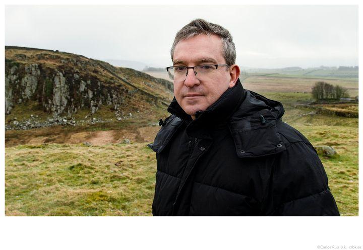 Santiago Posteguillo, en el Muro de Adriano (Escocia), donde se desarrolla parte de su novela 'Y Julia retó a los dioses'.