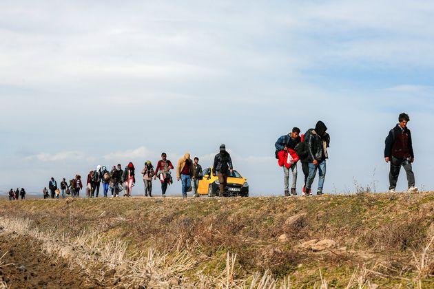 Des migrants parcourent la frontière séparant la Turquie de la