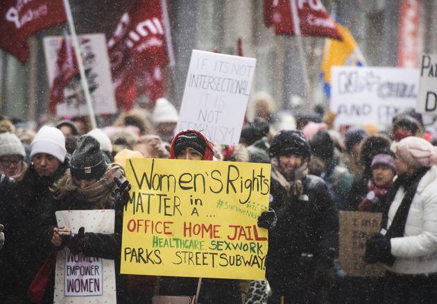 デモ参加者は、1月19日のトロント女子3月にクイーンズパークに向かいます。