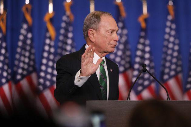 마이클 블룸버그 전 뉴욕시장이 기자회견을 열어 미국 민주당 대선후보 경선 하차를 선언하며 조 바이든 전 부통령을 돕겠다고 선언했다. 뉴욕. 2020년