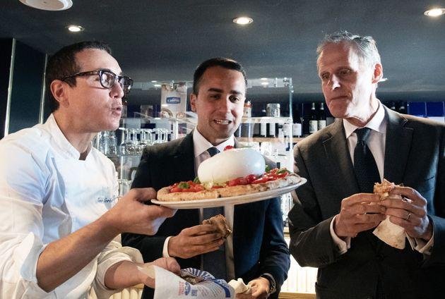 나폴리 피자 셰프 지노 소르빌리오, 루이지 디 마이오 이탈리아 외무부 장관, 크리스 마세 주이탈리아 프랑스 대사의 피자
