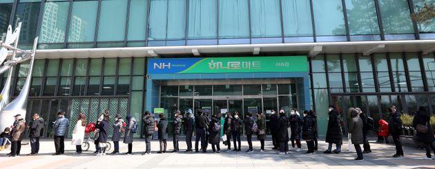 5일 경기도 고양시 덕양구 하나로마트 삼송점에서 시민들이 마스크를 사기 위해 줄지어 기다리고