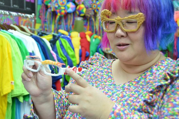 自身がデザインしたメガネについて説明するDrまあやさん。