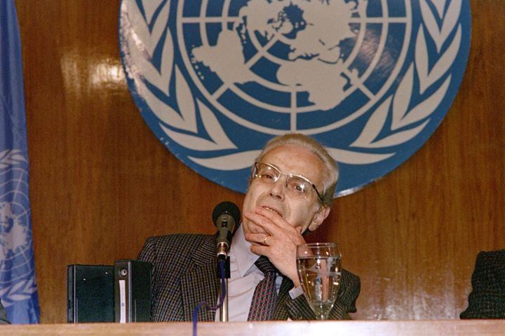 UN Secretary General Javier Perez de Cuellar announces on August 25, 1990 his invitation to Iraq's Foreign Minister Tarek Azi