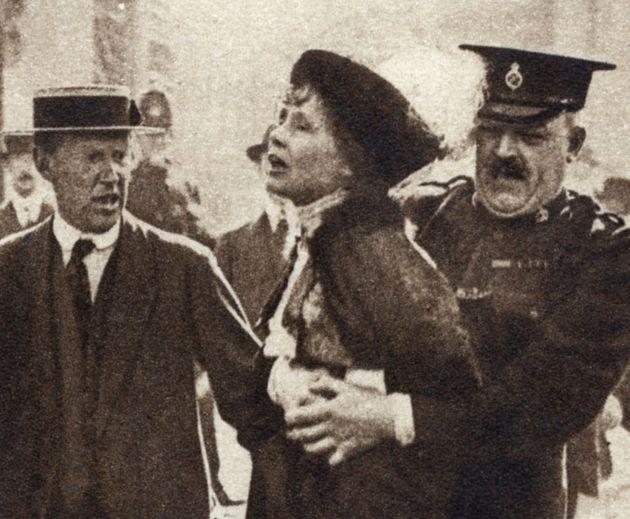 Emmeline Pankhurst es arrestada durante una