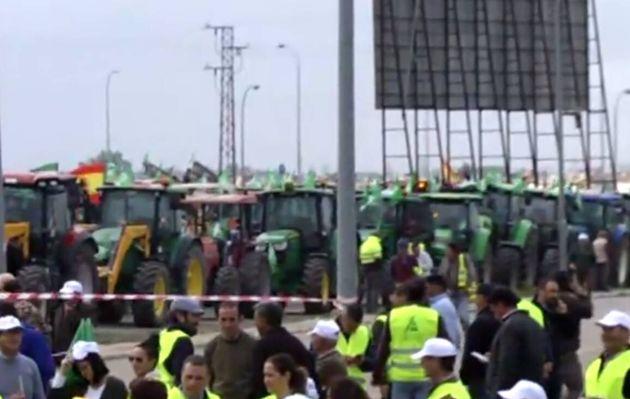 Unos 300 tractores se movilizan en Huelva en protesta por la situación del
