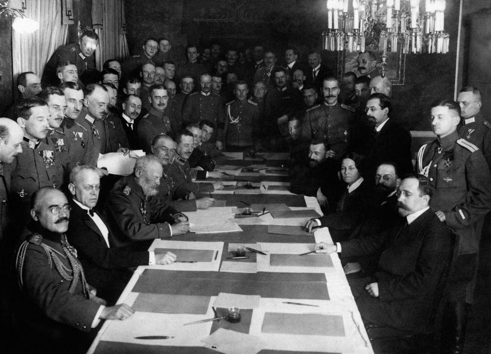 Η υπογραφή της ΣυνθήκηςΜπρέστ-Λιτόφσκ...