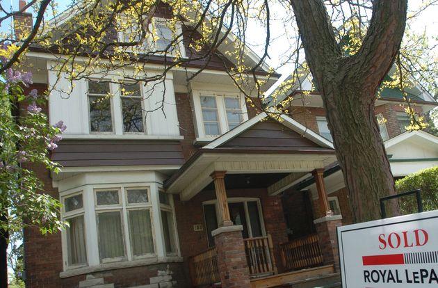 このファイルの写真では、販売サインがトロントの家の前にあります。住宅ローン率が来ています...