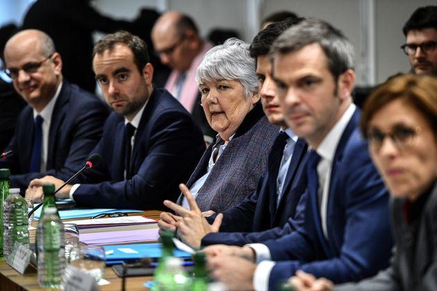 Plusieurs ministres présents lors d'une réunion sur le Covid-19, à Paris, le 5 mars