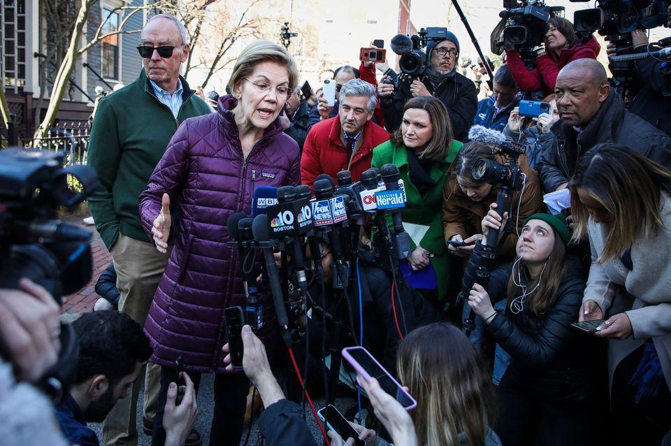 엘리자베스 워렌이 자택 앞에서 기자들에게 경선 하차 소식을 발표하고 있다. 케임브리지, 매사추세츠주. 2020년