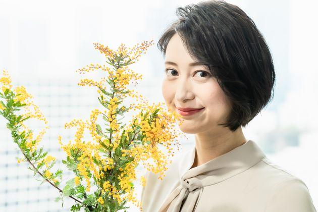 国際女性デーの象徴とされるミモザを手にする小川彩佳さん