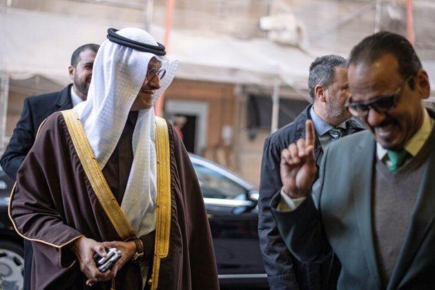 El príncipe Abdulaziz bin Salman (izqu), ministro de Energía de Arabia Saudí, a su llegada a la 178 conferencia...