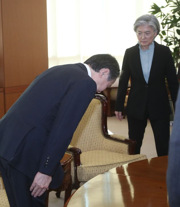 강경화 외교부 장관에게 머리숙여 인사하는 도미타 고지