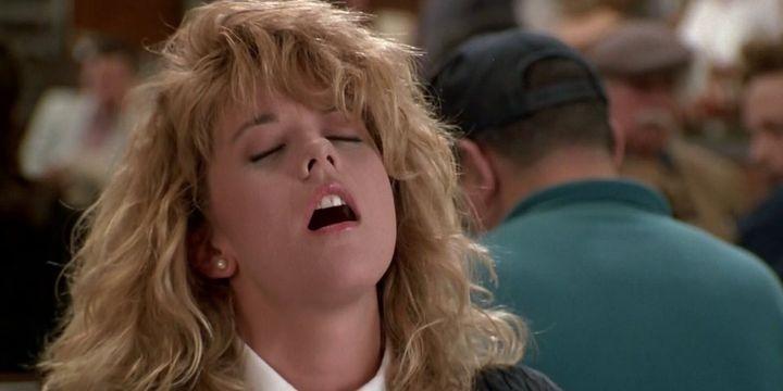 """Meg Ryan en la mítica escena de 'Cuando Harry encontró a Sally"""" en la que finge un orgasmo en un bar."""