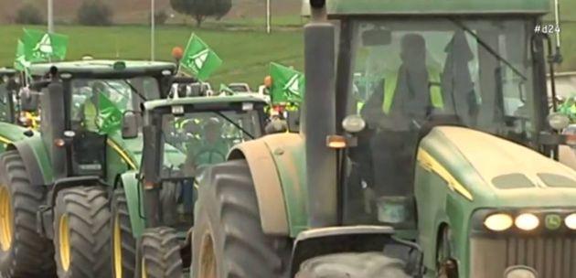 Los agricultores vuelven a cortar carreteras con tractoradas por la A-92 en Almería y