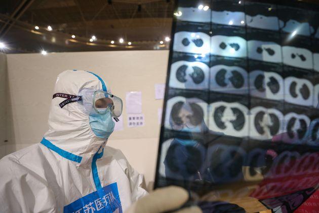 """A 101 anni guarisce dal coronavirus in Cina: """"Mia moglie ha bisogno di me"""""""