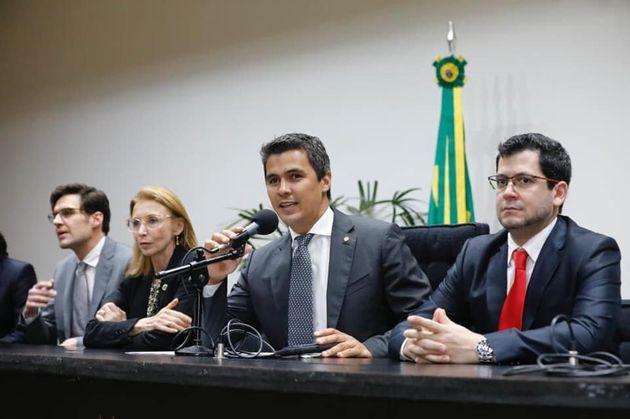Filme conta com participação do escritor Olavo de Carvalho e da ex-jogadora de vôleiAna...